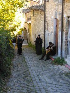 anversa degli abruzzi passeggiata letteraria e rappresentazione itinerante de la fiaccola sotto il moggio