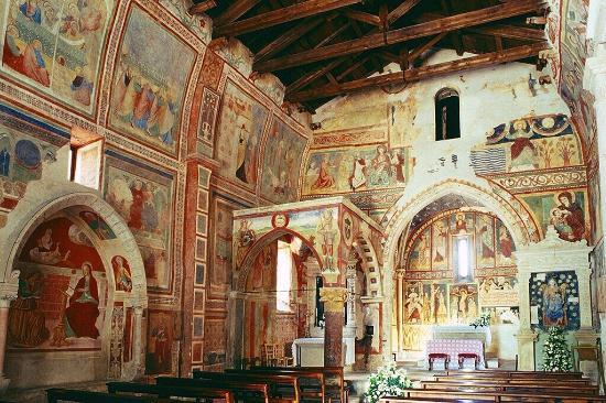 interno della chiesa di santa maria ad cryptas con affreschi