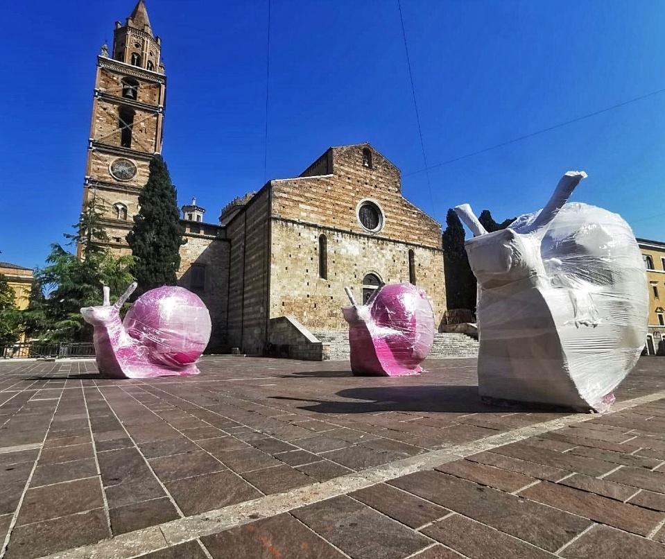 teramo cracking art all'esterno della cattedrale: grandi lumache