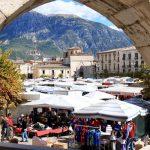 mercato-alla-piazza-garibaldi-sulmona-italia-35590294